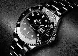 un reloj es algo que puedes llevar a un partido. todo es negro. es muy caro y lujoso.