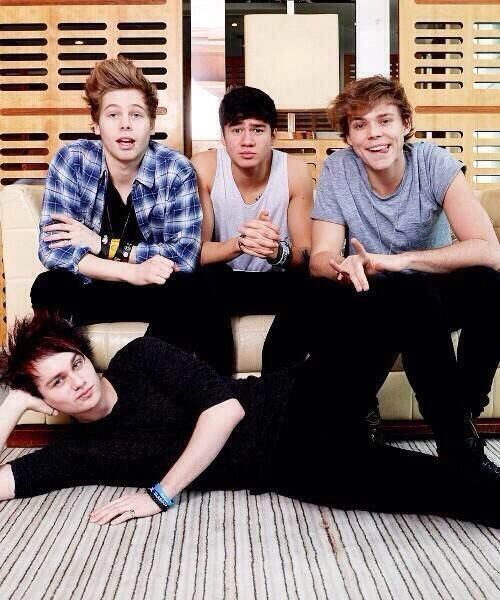 #5SOS. New photoshoot.I love this one! I'm dying!!! LOOK AT MICHAEL'S SEXY POSE!! DYING!!!!!