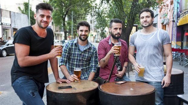 """""""¿Adónde vamos?"""" Las apps que rastrean bares cercanos en la ciudad  Fernando Audano y los cofundadores de deafter, lanzada en febrero. Foto: PATRICIO PIDAL / AFV"""