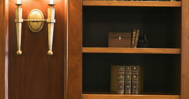 Faça você mesmo: portas secretas. As portas secretas são disfarçadas por uma peça de mobiliário e escondem um cômodo secreto. Os projetos populares incluem estantes de livros, adegas e suportes pra televisão e mídia. As portas secretas podem camuflar praticamente qualquer tipo de cômodo, como um escritório, sala de joia, armário de armas ou um quarto do pânico.