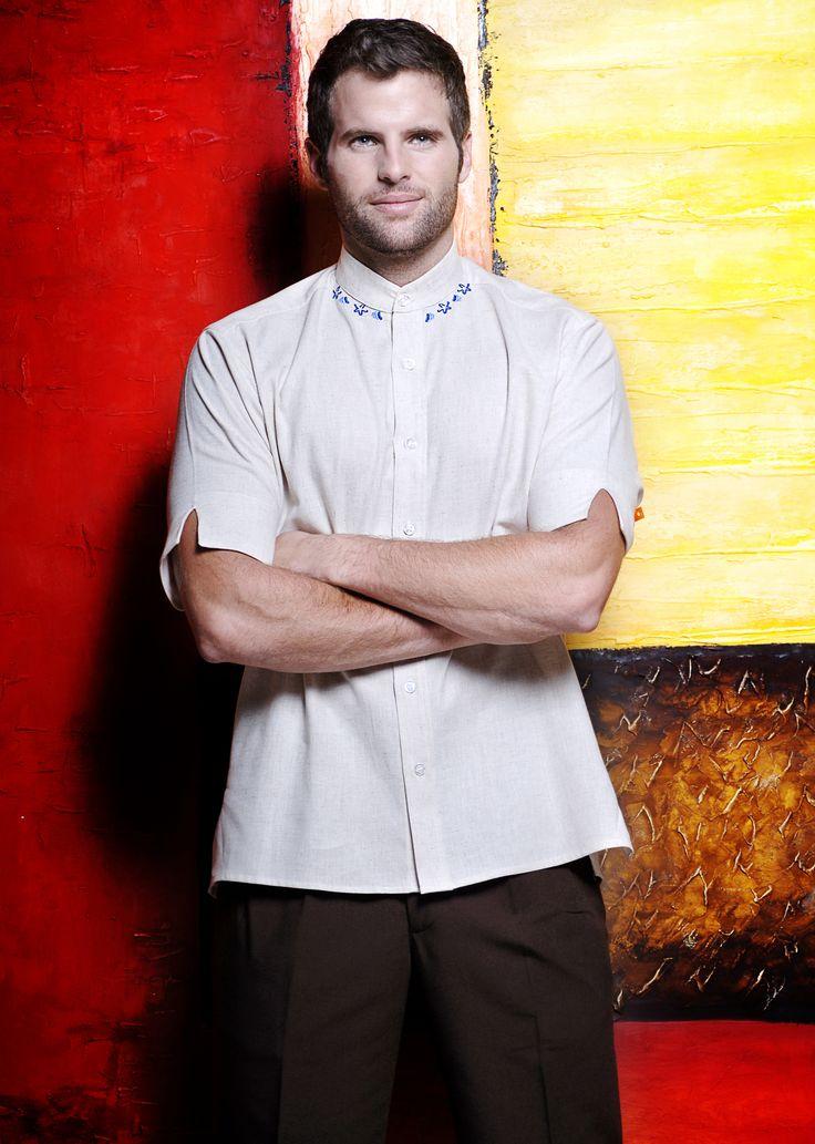 Uniforme de dos piezas compuesto por camisa con cuello tipo mao y pantalón en color café http://www.creacionesred.com.mx/