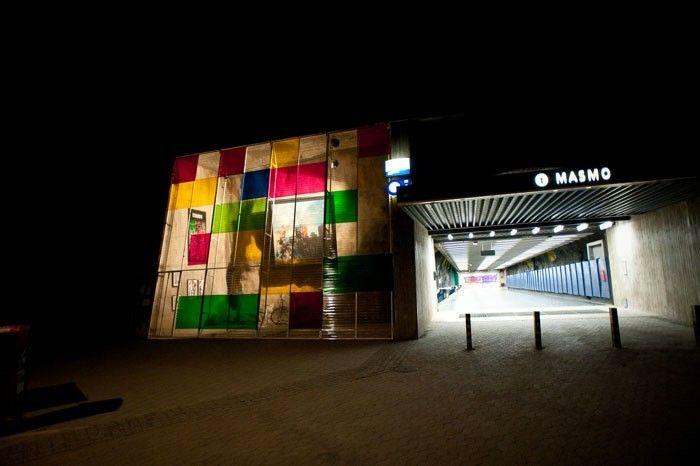 Galleriet var en del av konstverket (o)önskad samhällsförbättring. Konstruktionen uppfördes utan tillstånd och gav plats åt ett galleri i sov-förorten Masmo 2008. Projektet undersökte myndigheternas och allmännetens reaktioner.