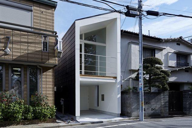 東京の住宅地に建つ夫婦のための住宅。 周囲を建物に囲まれた約46㎡の敷地は、道を挟んだ正面に緑豊かな公園があります。 そこで、公園の魅力を住宅の中にまで拡張させたような心地よい空間をつくれないかと考えました。 2階にはリビングと寝室を、1階にはエントランス、収納室、水まわりを配置。 リビングの壁一面に開いた窓を通じて、周囲の風景から切り取られたような公園の景色を眺めることができます。 オープンな2階空間や、壁から薄い板が飛び出したような軽やかな階段を通じて、公園の豊かさは家のすみずみにまで広がります。 建築面積 約27㎡の住宅は、こぢんまりとして、それでいて伸びやかな暮らしを実現しています。