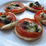 Minipizza z pomidorem i oliwkami