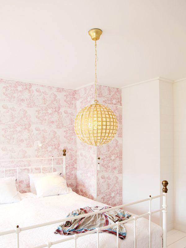 Vacker kristallboll från By Rydéns som sprider ett vackert ljus i ditt rum med hjälp av prismorna. https://buff.ly/2fTLQSW?utm_content=buffer9a847&utm_medium=social&utm_source=pinterest.com&utm_campaign=buffer