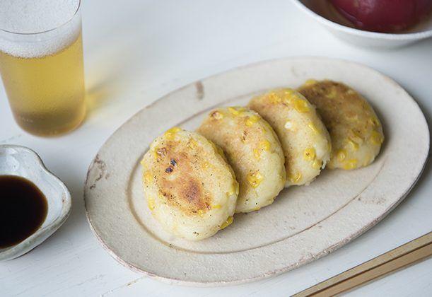 とうもろこしの芋もちのレシピ。 | ジャガイモ  …400g とうもろこし  …1本 豆乳(なければ牛乳)  …大さじ1~2 塩  …小さじ1/2 水  …小さじ2 片栗粉  …38g(ゆでたジャガイモの重量の10%目安) バター  …15g 醤油  …大さじ1 きび砂糖  …小さじ1