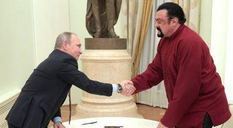 De Amerikaanse acteur Steven Seagal heeft vrijdag in Moskou uit handen van president Vladimir Poetin een Russisch paspoort ontvangen. Poetin noemde de verlening van het staatsburgerschap aan de actieheld een teken van ontspanning in de betrekkingen met de Verenigde Staten.