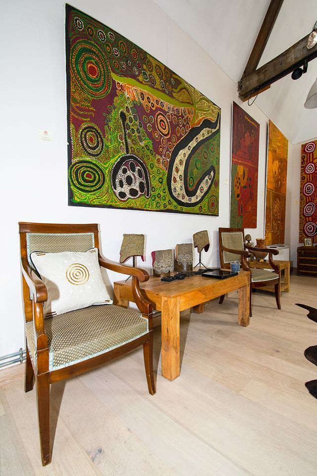 The Galerie Aboriginal Signature of Bruxelles, proposes incredible artworks from famous aboriginal artists ! To perfect the decor with an Australian atmosphere Mr. Bertrand Estrangin chose to add some Pierre Frey fabrics, from the Origines collection.