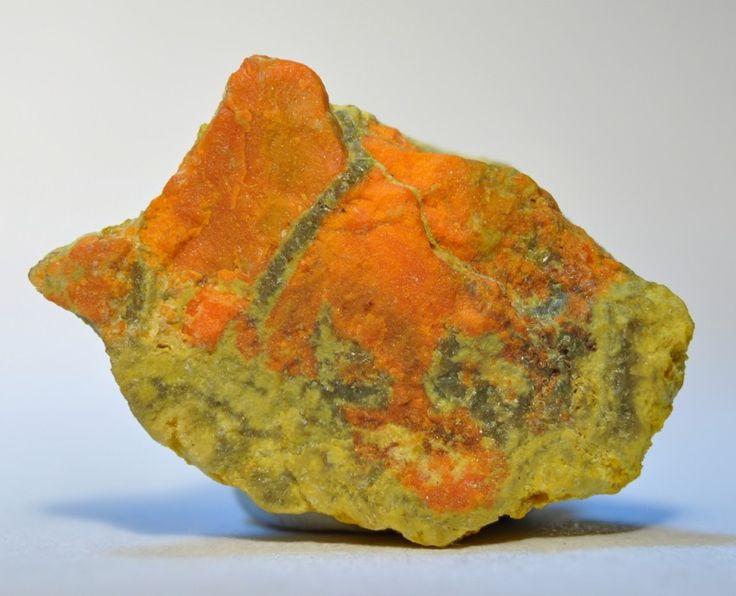Curitd (orange) avec Schoepite (jaune) Shinkolobwe Mine, Shinkolobwe, Provinz Katanga, Demokratische Republik Kongo Taille=8 x 7 x 6 mm Copyright: thdun5