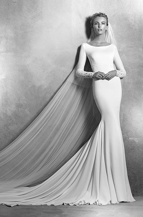 Mermaid wedding dress in crepe with lace appliqués and long sleeves. Bodice with round neckline and lace appliqués on the sleeves and bodice. Atelier Pronovias, 2016