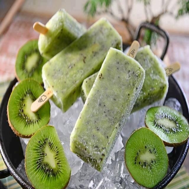 Aprenda fazer a Receita de Paletas com Iogurte Grego e Kiwi. É uma Delícia! Confira os Ingredientes e siga o passo-a-passo do Modo de Preparo!