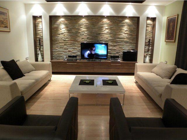 meuble télé en bois avec un revêtement mural en pierre