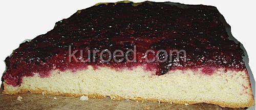 Перевернутый ягодный бисквит с вишнями, малиной и черной смородиной