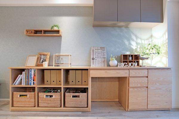 収納家具は吊り戸部分以外は置き家具として提案!家族の成長に伴って置き方を変えられるようにあえて家具を小分けにしております  将来ピアノを置きたいといってもオープンラックを動かせばピアノを置くことができます  家具屋が提案する中古マンションリノベーション!家具から始まる家づくりを提案します。家具の配置や使い方に合わせて部屋を間仕切るリノベーション、子育てに合わせた間取り提案などおすすめポイント盛りだくさんのリノベーションです! コーディネートのテーマカラーは「ナチュラル&ライトブルー&グレー&ブラック」とし、ナチュラルベースにブラック色やグレー色、ライトブルー色のアイテムを取り入れながらコーディネートしております!