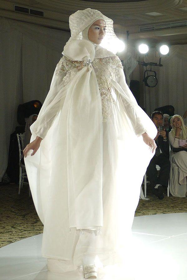 """Pagelaran perdana baju pengantin Irna La Perle: Baju-baju pengantin dalam pagelaran bertajuk """"Luminescence"""" ini membuat pemakainya bak putri raja."""