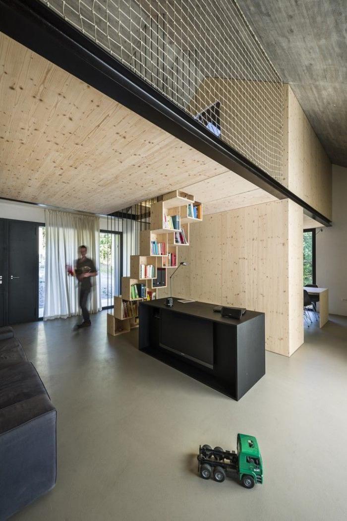 garde corps mezzanine, appartement stylé à deux niveaux, déco bois