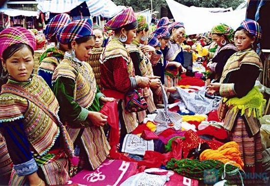 Here they sell silver jeweler, traditional embroidered fabrics and authentic articles of hill tribe clothing at the markets.
