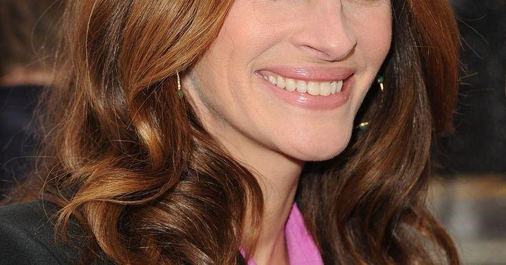 """Como conseguir um cabelo como o da Julia Roberts. Julia Roberts se tornou uma das mais populares e divulgadas celebridades femininas das últimas décadas. Apesar de ser naturalmente loira, a atriz se notabilizou mundial como Vivian Ward, a garota de programa ruiva de """"Uma Linda Mulher"""". O sorriso deslumbrante e as madeixas onduladas da atriz são sua marca registrada, inveja de fãs pelo mundo todo. ..."""