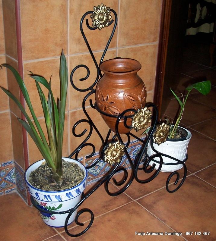 Macetero artesano para tres plantas hecho a  mano con adornos de forja.