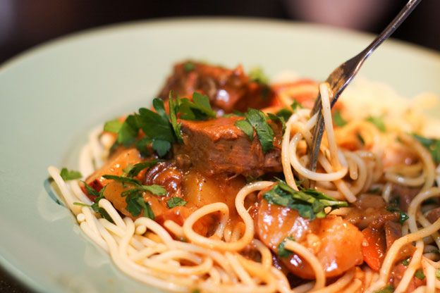 Receita de carne de vaca guisada com esparguete 700 gr de Carne de Vaca cortada em cubos Espargue...