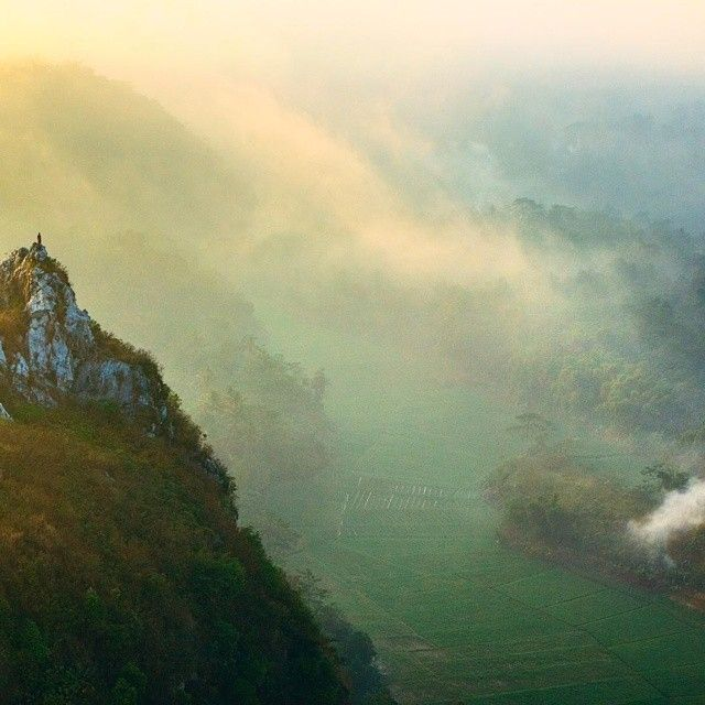 buat ngobatin #RinduBandung kamu nih ada foto dari  @ghaghah24 taken at Gunung Hawu Padalarang -------- Gunung Hawu terletak diantara dua kampung; kampung Pamucatan dengan kampung Cidadap. Namun secara administratif gunung ini berada di kawasan kampung Pamucatan (RW 19/RT 2). Lebih tepatnya gunung ini berada di kawasan Desa Padalarang Kec. Padalarang Kab. Bandung Barat (Bukan Desa Cipatat seperti yang diklaim pengusaha tambang). Gunung Hawu ini unik karena membentuk gua (hawu) bila dilihat…