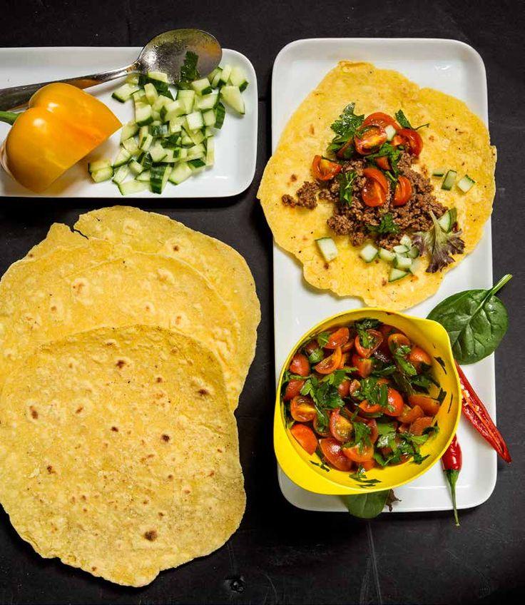 Sofia Antonsson bjuder på ett recept på tortillas från boken, lugn mage med gott bröd. Riktiga majstortillas bakas på enbart majsmjöl. Hemgjorda tortillas blir de så mycket godare än de...