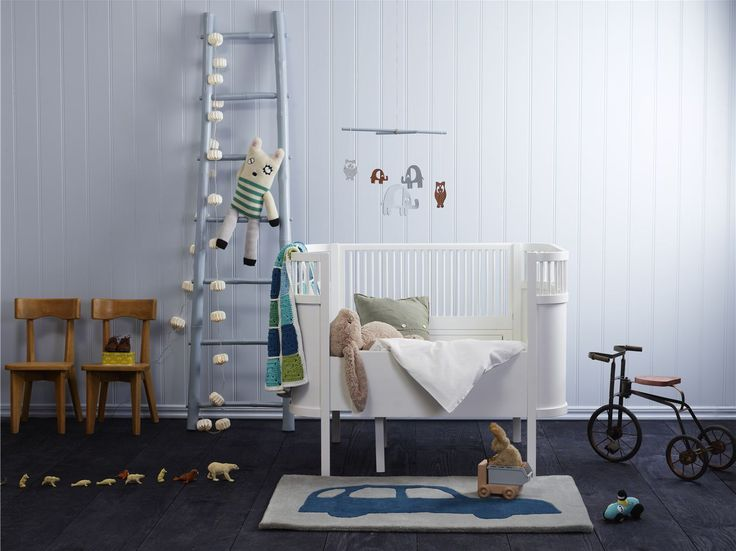 i love the simplicity of this room.  and the crib, i *love the crib.  LIVING: FINE FARGER TIL BARNEROMMET