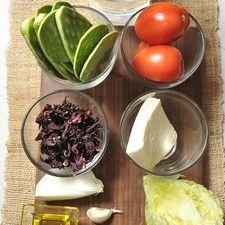 Ingredientes ¼ de pieza de lechuga 3 jitomate guaje 1 chile chipotle adobado 1 diente de ajo 2 litros de agua 1 taza flor de Jamaica ¼ de cebolla 8 Pencas de nopal 100 gramos de queso fresco Aceite de oliva al gusto Sal al gusto Desinfectante de verduras