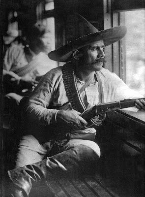 Revolucionario con su winchester en un tren de Casasola -Revolución Mexicana