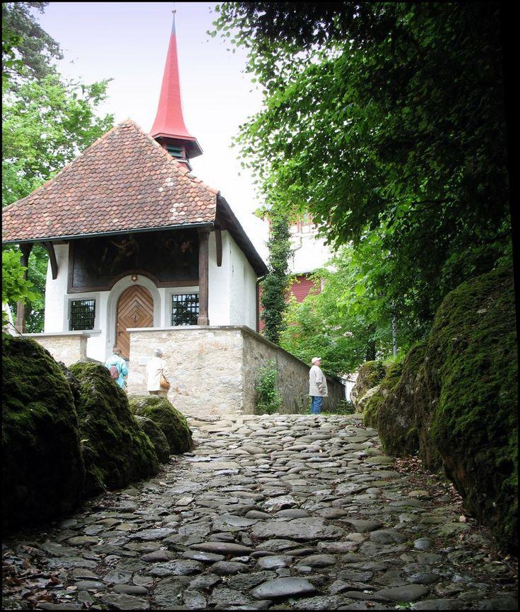 Hohle Gasse ist ein Hohlweg zwischen Küssnacht am Rigi und Immensee. In der Hohlen Gasse soll 1307 Wilhelm Tell den Landvogt Gessler erschos...