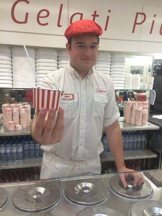 הנה מגיש הגלידה החביב עלי בסנטיני. מקצוען!