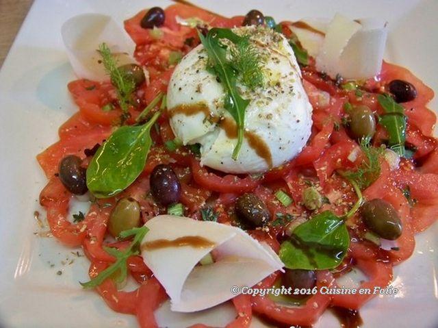 Cuisine en folie: Carpaccio de tomates et mozzarella du buffala, thym et origan, pétales de Grana Padano, huile d'olive de Crête #recette #cuisine #carpaccio #tomate #mozzarella #basilic #origan