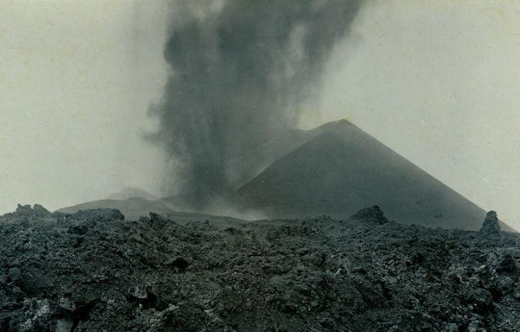El día 18 de Noviembre de 1909 a las 14:30 se abrió una grieta en las proximidades de la montaña Chinyera acompañada por un fuerte terremoto. Esta erupción se produjo después de más de un año de movimientos sísmicos sentidos por la población que se intensificaron pocos días antes de su comienzo hasta tal punto que algunos terremotos fueron sentidos incluso Gran Canaria.