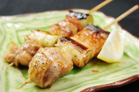 Japońska potrawa z tradycją. Szaszłyk z kurczaka, opiekany na węglu drzewnym, zwykle umieszczonym w wąskich grillach. Podawany do piwa, koniecznie z sosem teriyaki. składniki na 12 szaszłyków 500g filetów z udek kurczaka ze skórą warzywa (kilka młodych porów lub 1…