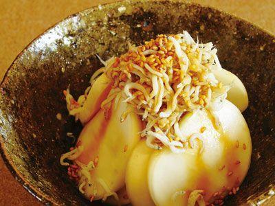 レシピ画像(13892) |元のページ: 高山 なおみ さんのかぶの塩もみを使った「かぶのしらすのっけ」。シンプルだからこそ、皮の歯ごたえやみずみずしい食感、甘みが実感できます。ちりめんじゃこをつかってもおいしい。 NHK「きょうの料理」で放送された料理レシピや献立が満載。