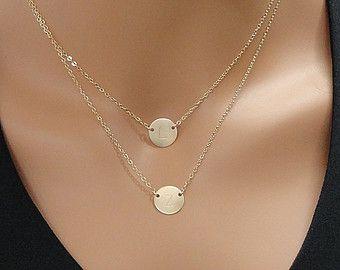 Articles similaires à 2 Initiales collier - collier personnalisé - deux breloques disques Collier - or 14k rempli Initial Necklace sur Etsy