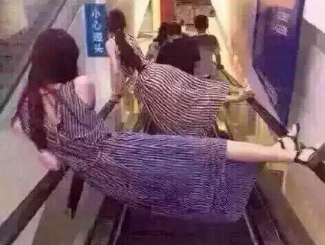 Tras muerte de madre, así es como los chinos suben las escaleras eléctricas | Excélsior