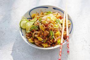 Beroemd in Thailand: het bordje gebakken noedels met een geroerbakt eitje erdoor en pinda's en limoen erover. Wij maken pad thai met kipfilet - Recept - Allerhande