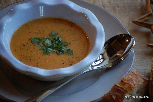 Amandelmelk geeft deze wortelsoep een lekker zacht romig nasmaakje. De toevoeging van de anijs, vanille en kardemom maakt hem subtiel kruidig.