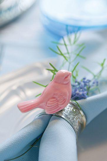 Stylizacja : Joanna z Green Canoe,  Fot. Karolina Grabowska, kaboompics.com; #Wielkanoc #ptaszek #skowronek #wróbelek #ptaki #wiosna #wielkanocny #róż #pudrowy #dekoracje #ozdoby #sianko #stylizacja #dekorowanie #stołu #aranżacje #pisanki #talerze #zastawa #porcelana