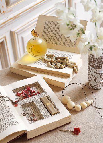 Boîte dans un livre avec compartiments creusés dans les pages au cutter.