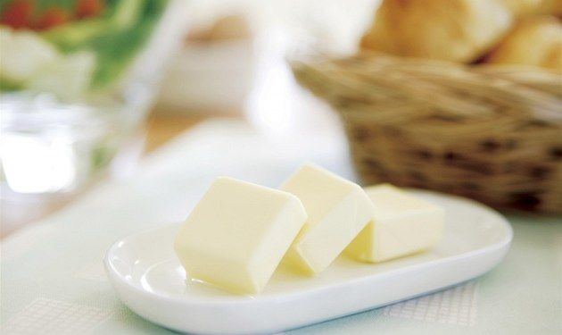 Domaci maslo za 10 minutek. Není nad obyčejný chleba nebo rohlík s čerstvým máslem.