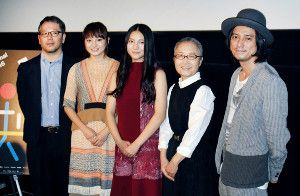 舞台あいさつした(左から)菊地健雄監督、萩原みのり、久保田紗友、もたいまさこ、渡辺シュンスケ