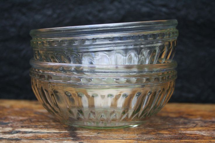 art deco, geperst glas, 2 kommetjes of schaaltjes, verre de dépression, 2 ramequins, depression glass, 2 bowls, France, 1930. door BelaCastroAndCo op Etsy