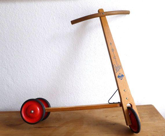 Wunderschöner Roller für Kinder. Aus Holz mit Metallrädern, die mit Gummi beschichtet sind. Der Stepke ABC Roller stammt aus den 50er Jahren. Er