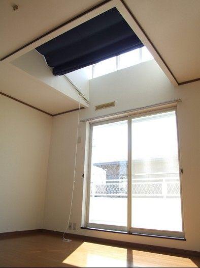 お宅訪問 豊田市美里町 リビルドデザイン株式会社 しかも天窓のカーテンは開け閉めも可能。この仕掛けには、カーテン屋さんもびっくり!陽射しを調整できる天窓、奥様の自慢ポイントのひとつです。