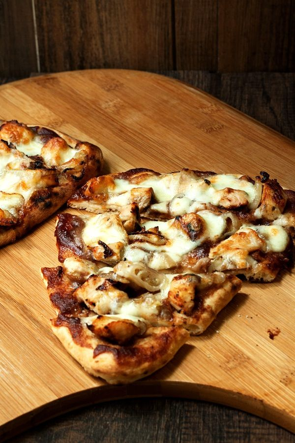 Chicken apple flatbread uses apple butter in place of the typical red or white pizza sauce // savvyeat.com