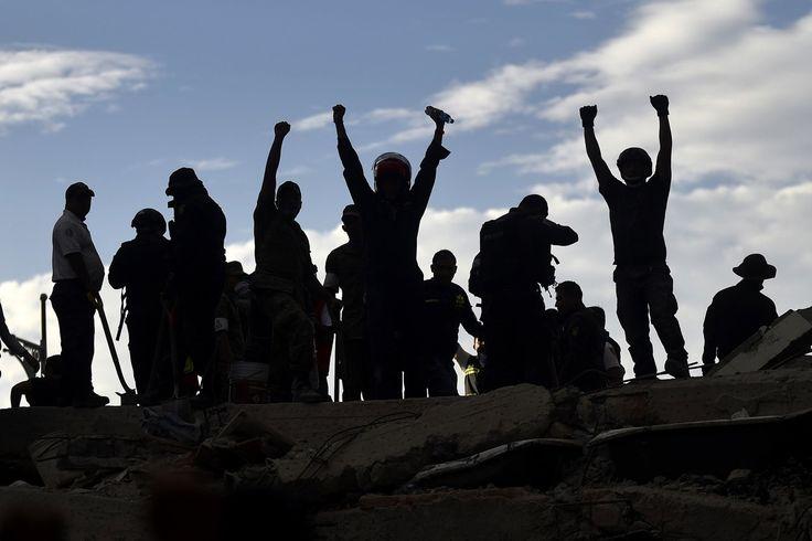 Salvadores, bomberos, policías, soldados y voluntarios eliminan escombros y escombros en busca de sobrevivientes.