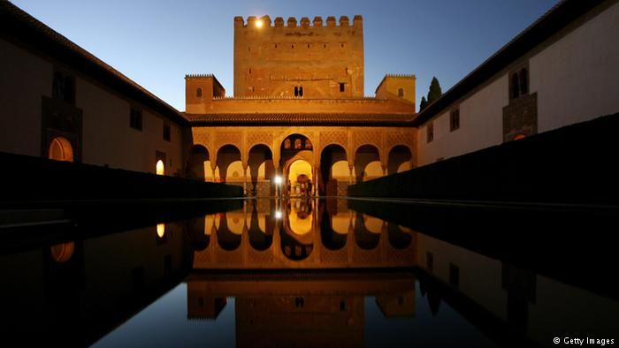 Elhamra Granada, İber Yarımadası'ndaki saray mağrip mimarisinin etkileyici eserlerindendir. Aslanlı avlu ve bakımlı bahçeleri görülmeye değer. Yapımına 13'üncü yüzyılda Granada Emirliği döneminde başlandı. El Hamra bugün İspanya'nın en popüler turistik yerlerinden biri. #Maximiles #Avrupa #Europe #tarih #tarihi #world #dünya #historic #history #turizm #tourism #historical #tarihiyerler #tarihmerkezleri #culture #kültür #farklıkültürler #seyahat #travel