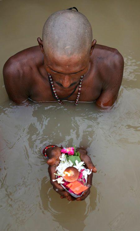 Ofrenda en el Río Ganges en la India.